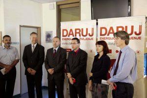 Predstavniki slovenskih podjetij darujejo